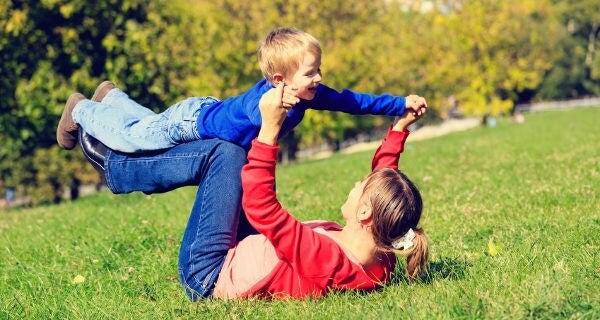 Madre e hijo jugando en un parque