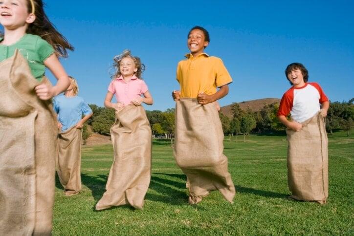 Ninos saltando dentro de un saco de patatas