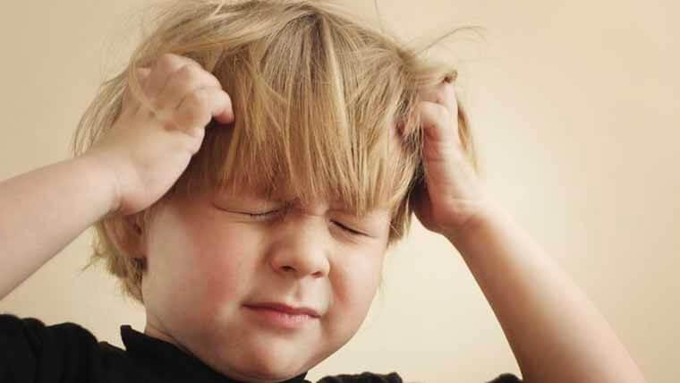 Petit garçon souffrant de maux de tête