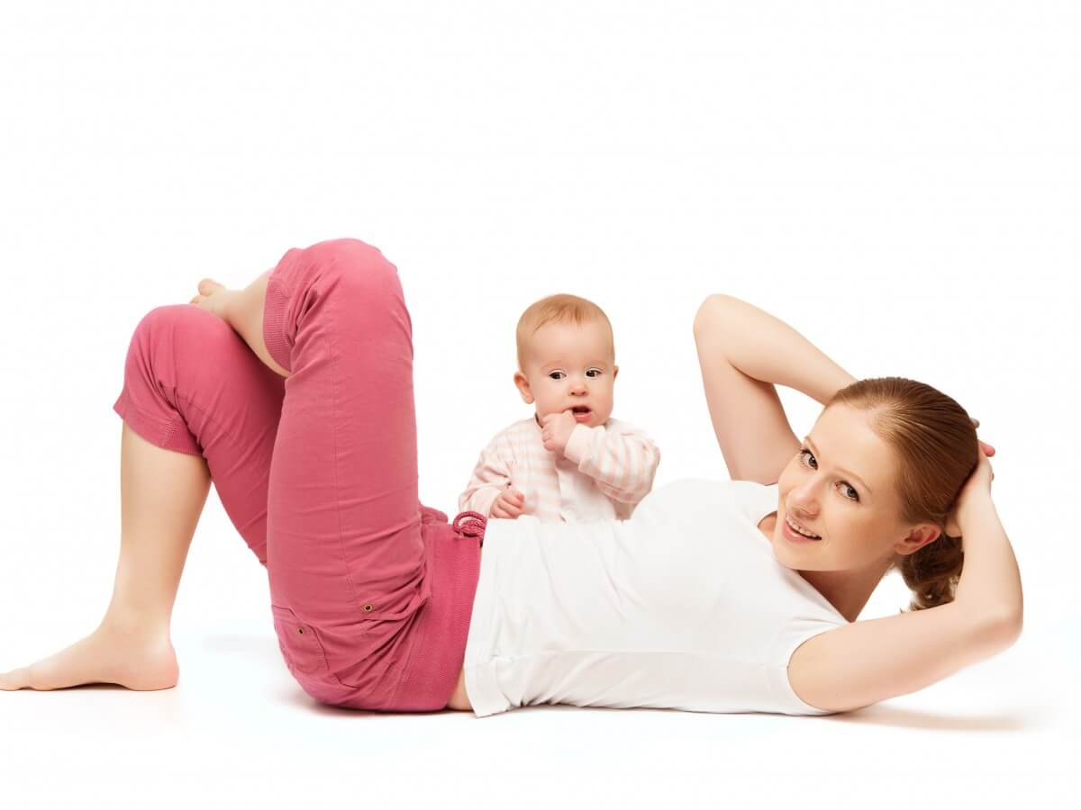 Maman en train de faire du sport et des abdos avec son bébé
