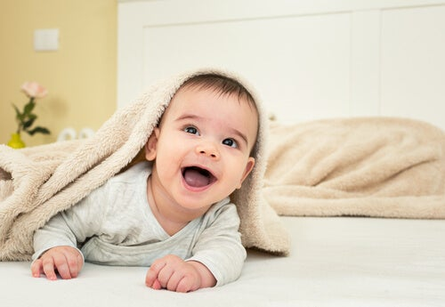 Los bebés reaccionan ante la voz y estímulos de sus padres.