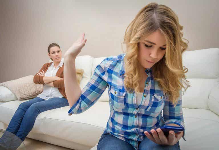 6 preguntas que debes hacerte antes de comprarle un teléfono móvil a tu hijo
