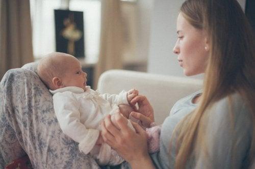 El vínculo entre madre e hijo se refuerza por el contacto físico entre ambos.