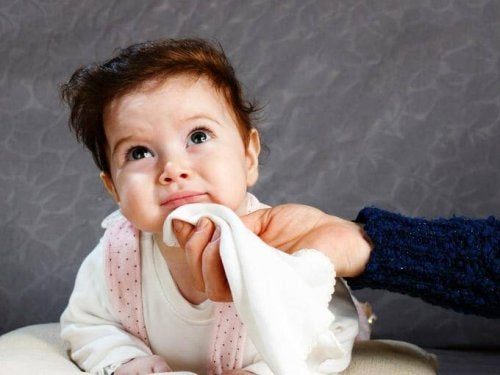 Las regurgitaciones del bebé no deben confundirse con los vómitos.