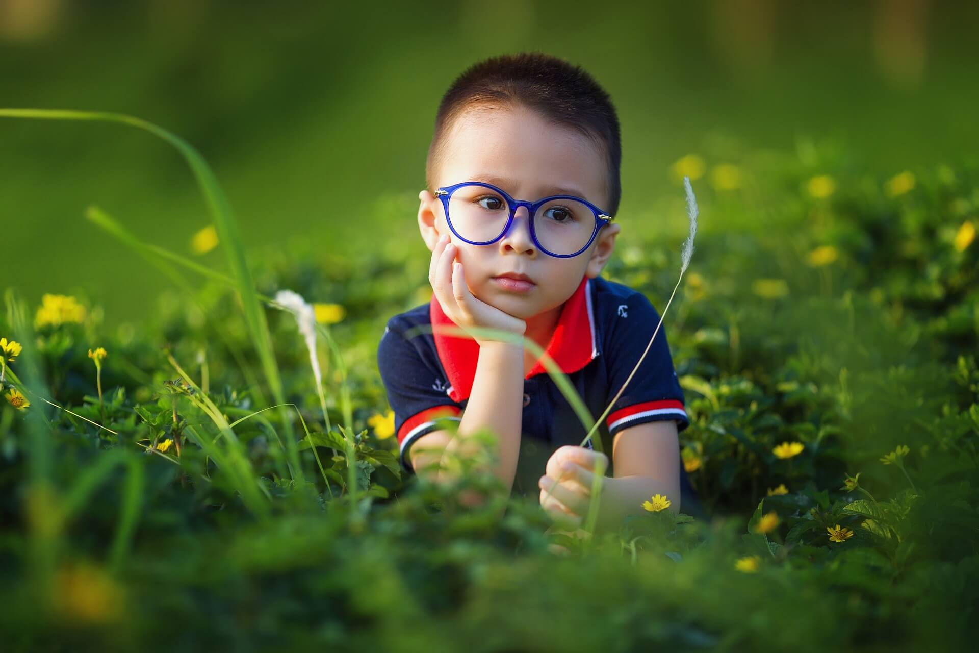 menino de 4 anos entediado no jardim