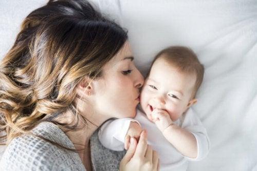Madre e hijo compartiendo su amor