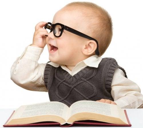 Bebé con una gran inteligencia.