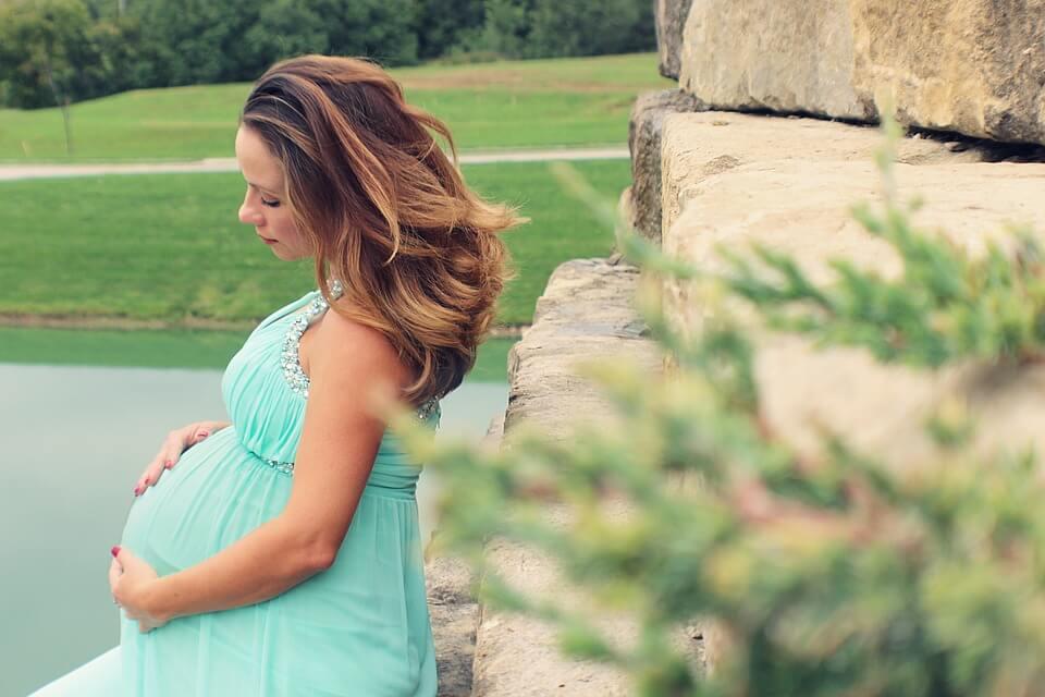 Consejos para el look de invitada de boda para embarazadas