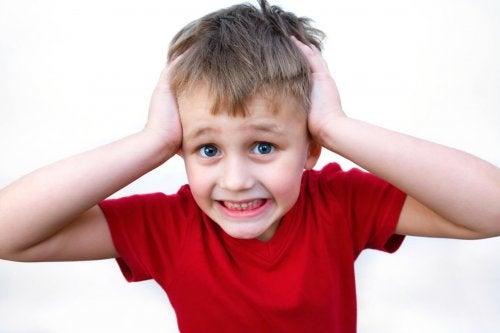 El estrés y la ansiedad en los niños puede ser causado por inseguridades de sus padres.