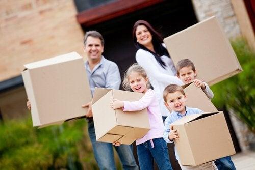 Familia realizando una mudanza y transportando las cajas.