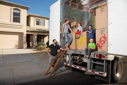 Familia subiendo sus cosas al camión de mudanza para cambiar de casa