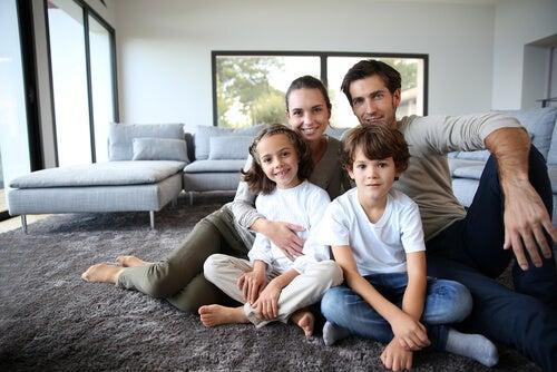 Familia feliz después de cambiar de casa