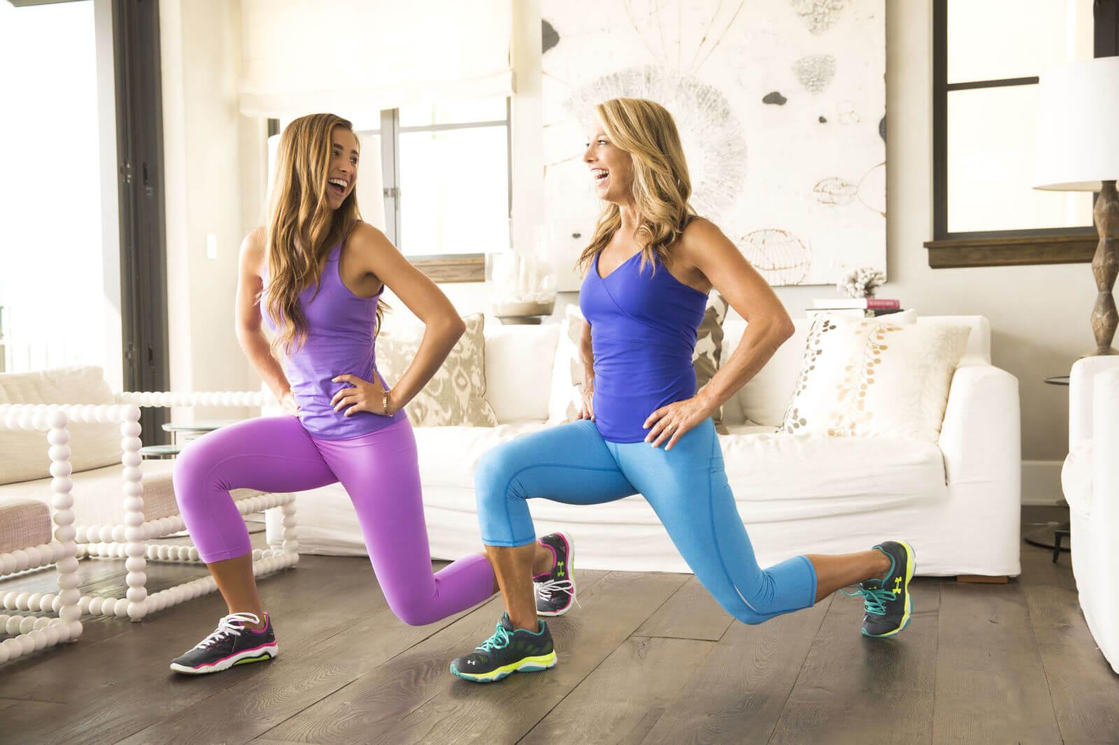Deux femmes qui font du sport dans leur salon