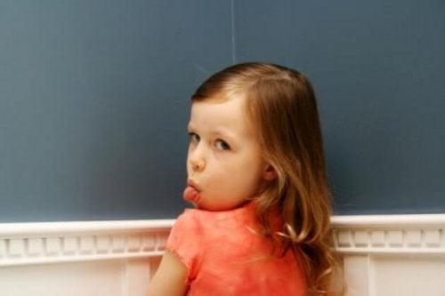 Muchos adultos se preguntan cómo actura ante los hijos que ningunean a sus padres.