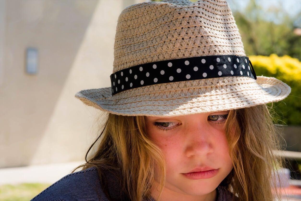 nina nena golpe de calor insolacion fatiga abatida abotagada sombrero sol verano cansancio deshidratacion riesgo prevencion