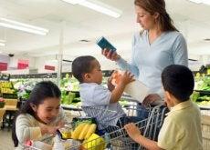 Madre haciendo la compra