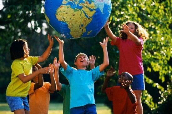 Ninos jugando con una bola del mundo