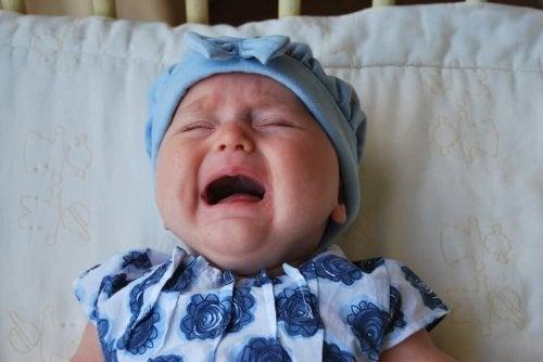 Los bebés recién nacidos con cólicos manifiestan ataques intensos de llanto.