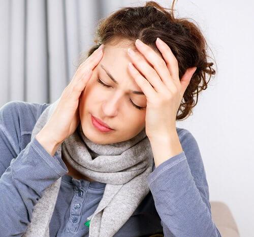Femme souffrant d'une migraine