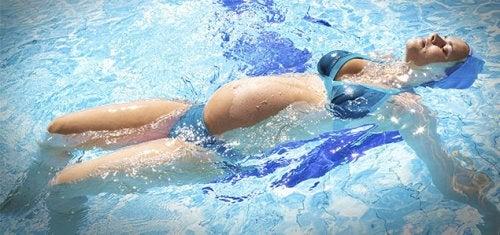 Las futuras madres que practiquen natación durante el embarazo también se beneficiarán psicológicamente.