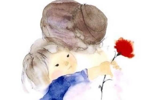 nieto con una flor abrazando a su abuela