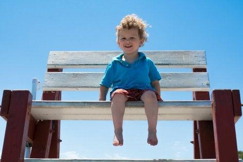 Dejar que los niños anden descalzos por la casa es beneficioso para su salud.