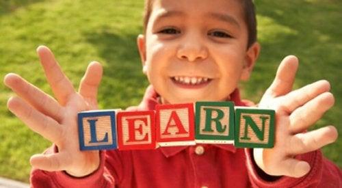 Niño aprendiendo otro idioma.