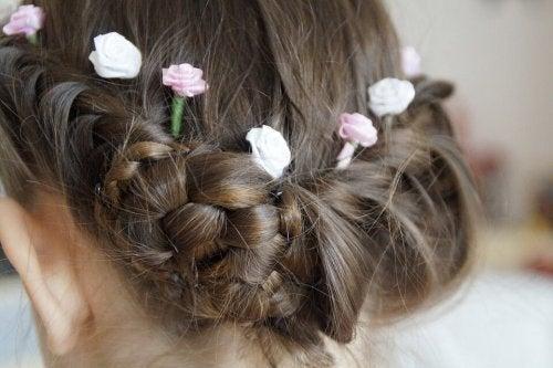 Los peinados para niñas con pelo largo utilizan mucho las trenzas para los diferentes estilos.