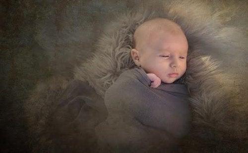 Por que alguns bebês nascem com tanto cabelo