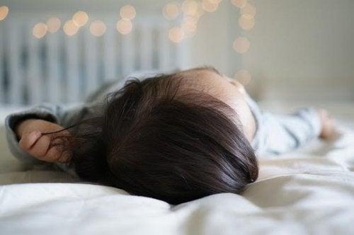 Por que bebês nascem com tanto cabelo