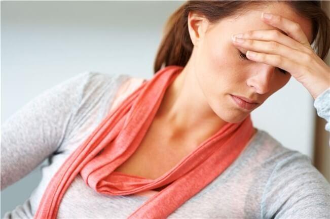 Mujer agotada con pañuelo rosa