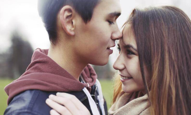 El amor en la adolescencia es una etapa de descubrimientos y encanto.