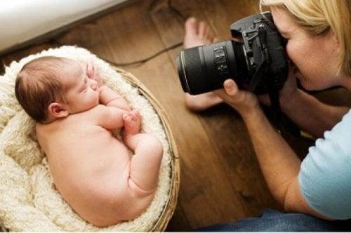 ¿Es probable que un bebé de tres meses se quede ciego por hacerle fotos con flash?