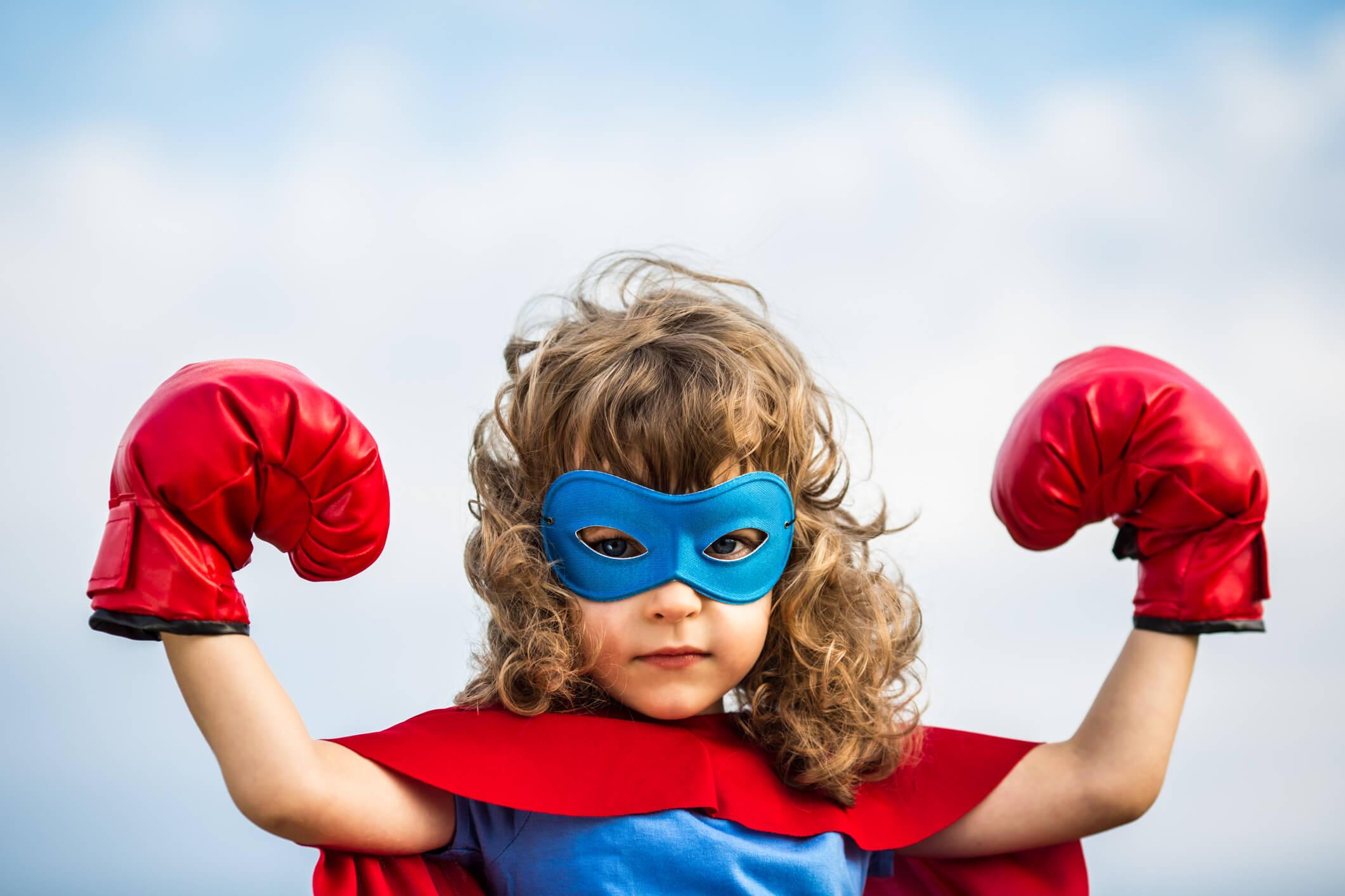 Nina disfrazada de superheroe