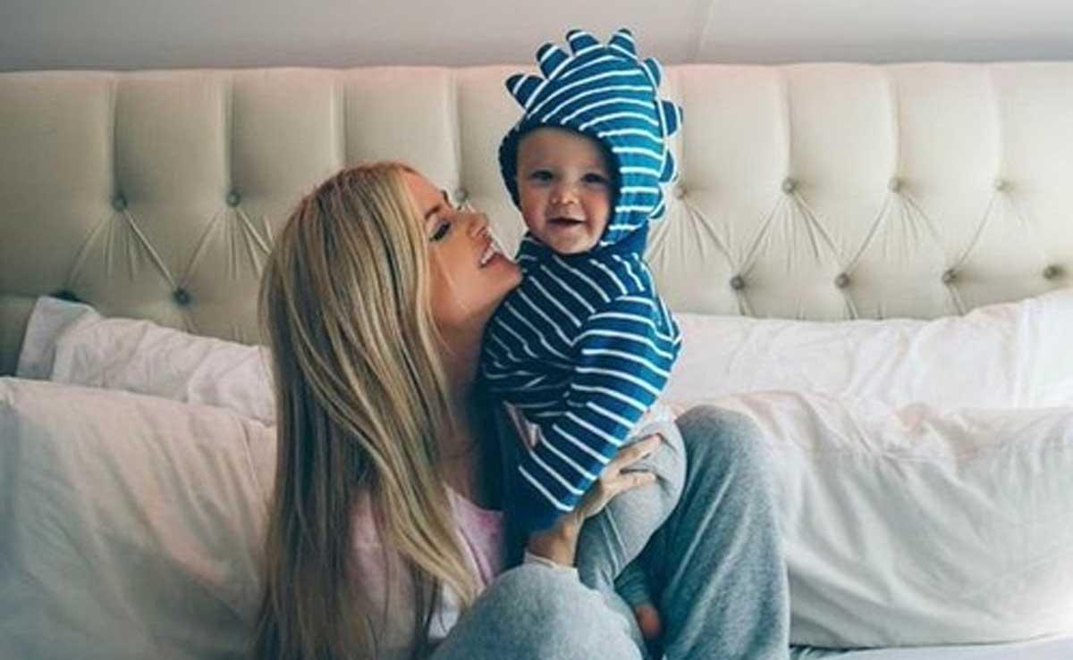 Tia con sobrino sonriendo