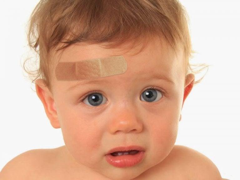 ¿Qué hacer si mi hijo se golpeó fuerte en la cabeza?