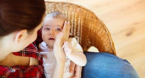 El momento en el que se te cae el bebé al suelo por primera vez