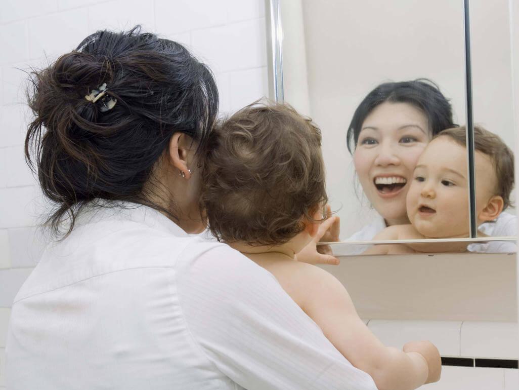 bebé frente al espejo 2