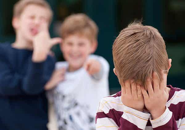 Cómo actuar cuando tu hijo te dice que se burlan de él