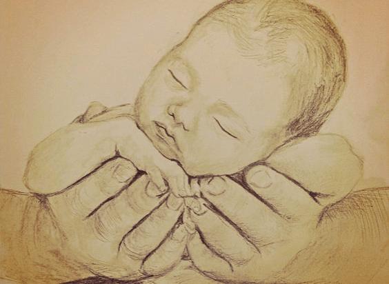 bebé entre las manos