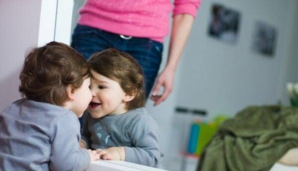 bebé frente al espejo 3