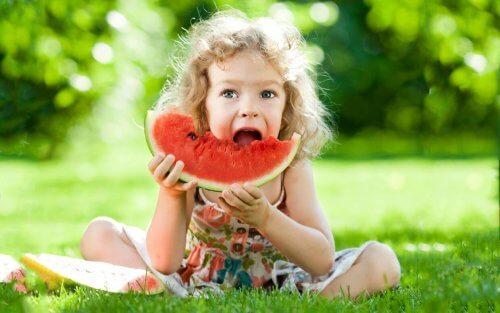Cómo elegir las mejores meriendas saludables para tu hijo