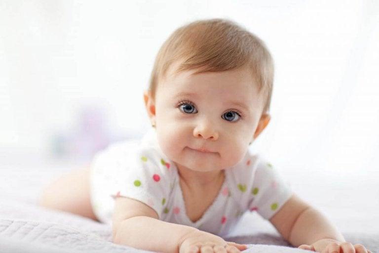 La importancia de poner al bebé boca abajo