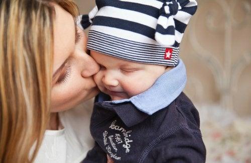 Madre dando un beso a su niño pequeño