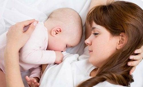 Muchas mujeres se preocupan por la relación entre depilación láser y lactancia materna.
