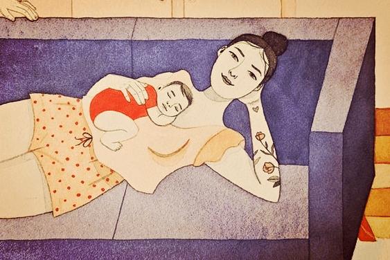 mamá tumbada en el sofá con su bebé que representando esos momentos en que más sonrío