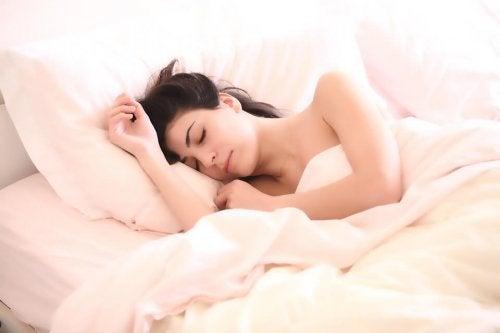 Muchas futuras madres se preocupan por qué posturas para dormir durante el embarazo deben tomar.