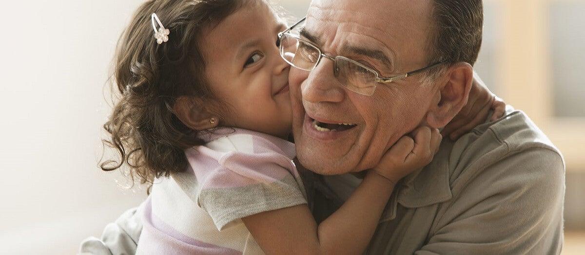 Nieta le da un beso a su abuelo, que tiene Alzheimer.