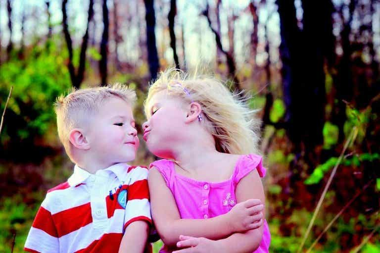 No dejes que tus hijos besen a todo el mundo