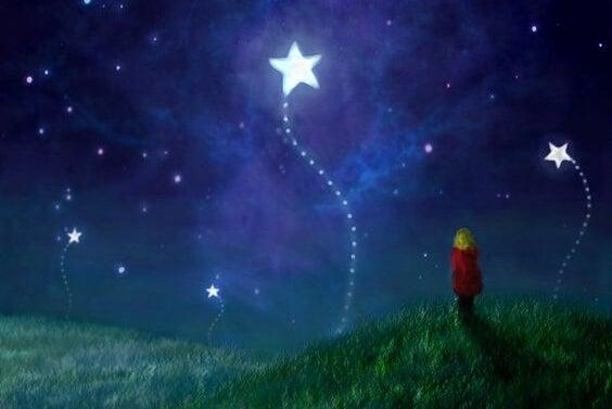 niño mirando las estrellas soñando con una vida feliz